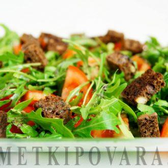 Салат из рукколы с помидорами и ржаными сухариками
