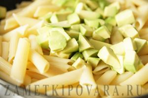 Паста с авокадо и соусом Табаско