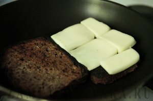 Бутерброды с помидорами и сыром сулугуни
