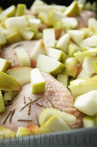 Курица, запеченная с яблоками и сельдереем