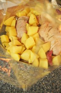 Курица с картошкой, запеченная в рукаве