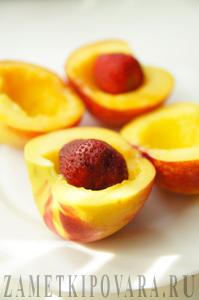 Персики с клубникой в слоеном тесте
