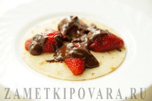 Блинный торт с клубникой и шоколадом