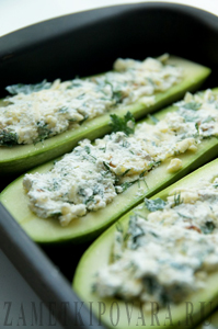 Кабачки-лодочки, фаршированные творогом, сыром и зеленью