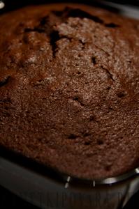 Шоколадный кекс с шоколадной начинкой и шоколадным соусом