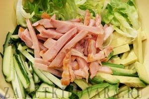 Зеленый салат с копченой курицей