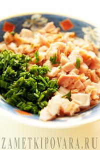 Закуска с копченой курицей и зеленым луком