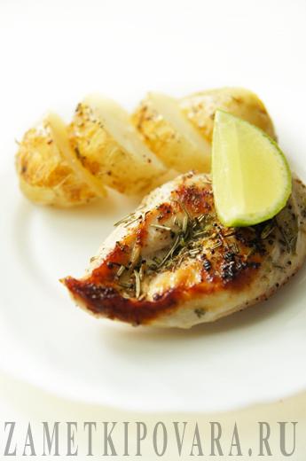 Молодой картофель, запеченный с курицей, розмарином и лаймом