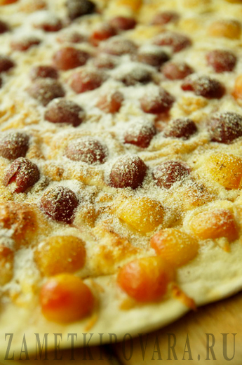 Сладкая пицца с черешней