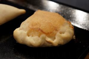 Закрытая мини-пицца с копченостями и пекинской капустой