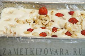 Десерт из мороженого с ягодами и орехами