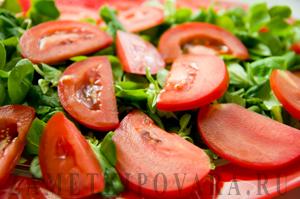 Салат с корном, помидорами и творогом под острой заправкой