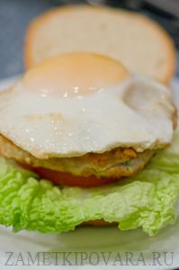 Гамбургер с котлетой из индейки и яйцом