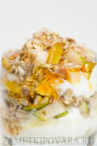 Десерт из творога с грушами, семечками и медом