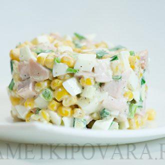 Салат с копченой курицей, кукурузой и яйцом