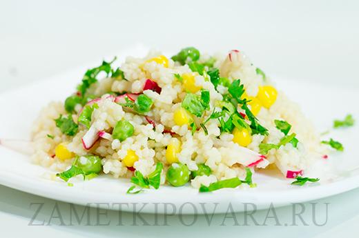 Салат из кус-куса с редисом, зеленым горошком и кукурузой