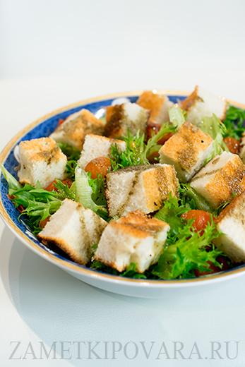 Салат из помидор черри с чесночным хлебом