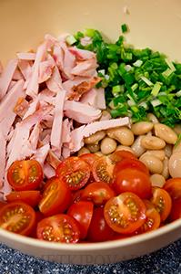 Салат из белой фасоли с копченой курицей и помидорками черри