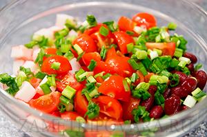 Пикантный салат из красной фасоли с крабовыми палочками