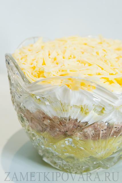 Салат с консервированной рыбой и сыром