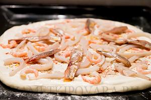 Пицца с креветками, кальмарами и анчоусами