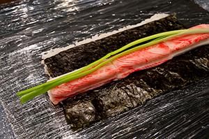 Ролл Калифорния с тобико и зеленым луком