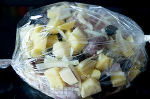 Утка с картошкой и черносливом, запеченная в рукаве