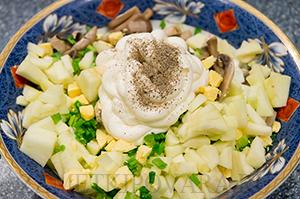 Салат с кальмарами, грибами и яблоками