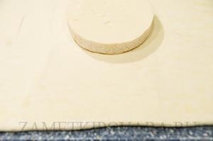 Камамбер с грибами запечённый в слоеном тесте