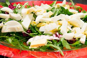 Салат из рукколы, яиц и помидорок черри
