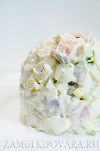 Салат из картофеля с копченной горбушей и маринованным луком