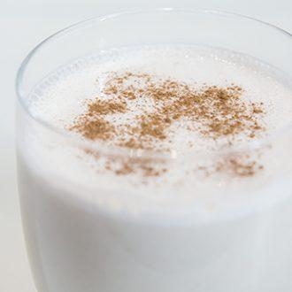 Молочно-овсяный коктейль с корицей