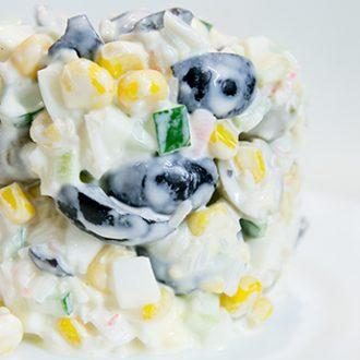 Салат с крабовыми палочками, оливками, маслинами и огурцами