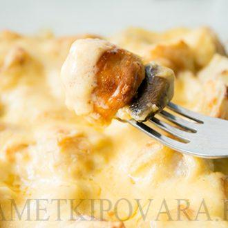 Пельмени, запеченные с грибами, в сырном соусе