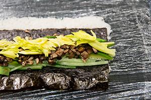 Ролл с шампиньонами, авокадо, огурцом и зеленью сельдерея