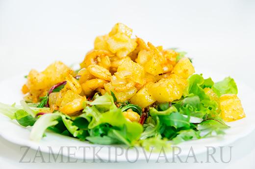 Теплый салат с креветками и ананасом