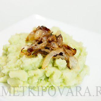 Картофельное пюре с авокадо и жареным луком