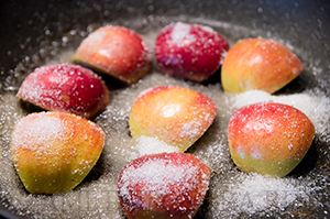 Медальоны из свиной вырезки с карамелизованными яблоками