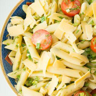 Теплый салат из пасты с помидорками черри и сельдереем