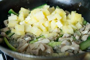 Фунчоза с курицей и ананасами в овощном соусе