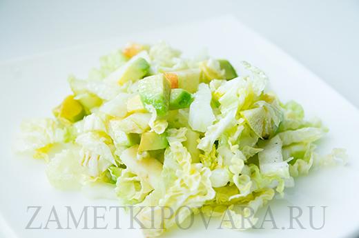 Салат из пекинской капусты с яблоком, сельдереем и авокадо