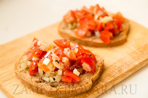 Тосты с помидором и сельдереем