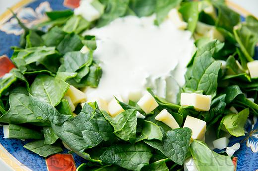 Салат из шпината с яйцами и сыром сулугуни