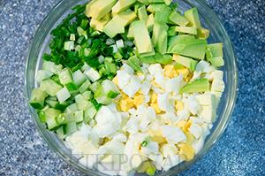 Салат из яиц, авокадо и огурца