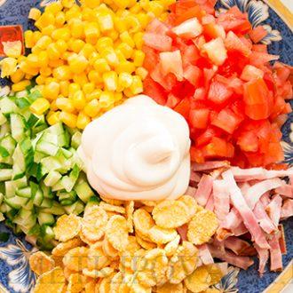 Салат с копченой грудинкой и кукурузными хлопьями