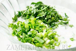 Холодный суп на кефире с зеленью и творогом