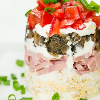 Салат с ветчиной, грибами и помидорами