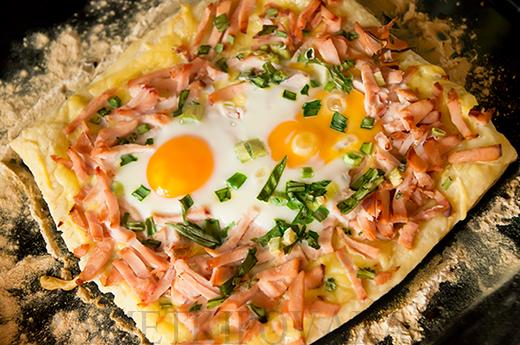 Слоеный пирог с копченой курицей и яйцами