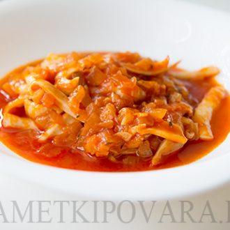 Кальмары, тушенные в томатном соусе