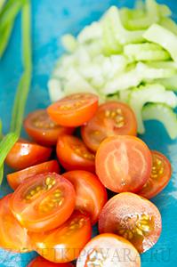 Макароны с сельдереем, зеленым горошком и помидорками черри